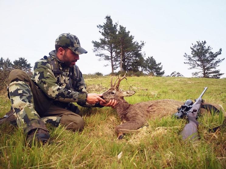 Un joven de 29 años caza el «corzo garfio» que había localizado un año antes