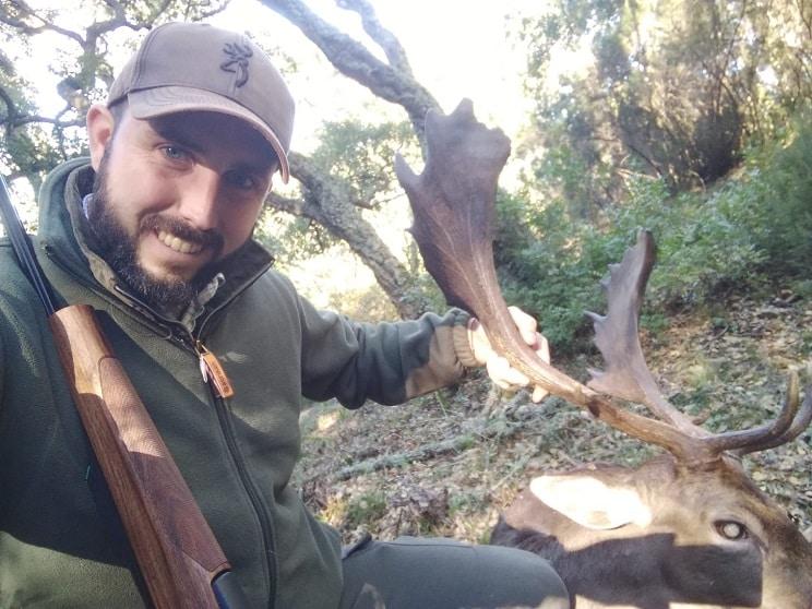 Un gran gamo cornea a un cazador en Cádiz