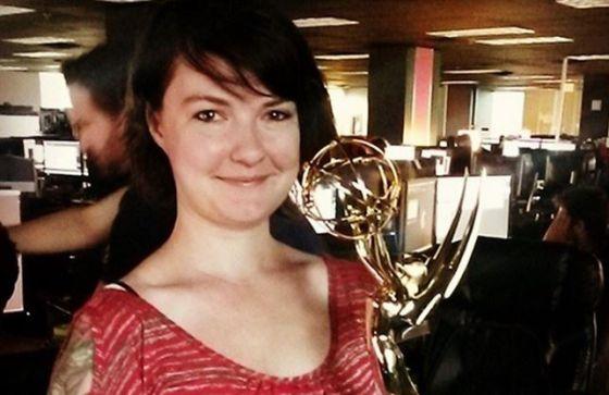 Katherine Chappell, con el Emmy que ganó por 'Juego de tronos', en una imagen de Instagram.