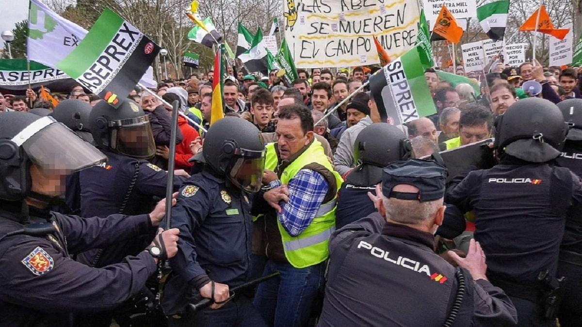 La Policía carga contra los agricultores de la España vaciada en Extremadura