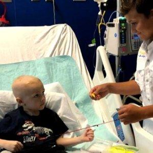 Pescar: la terapia para niños con cáncer que imparte este chico de 13 años