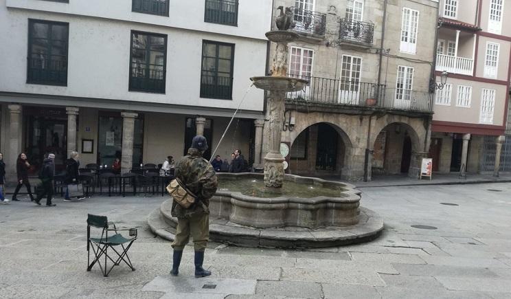 Un enigmático pescador se vuelve viral en Galicia tras lanzar su caña en sitios poco comunes