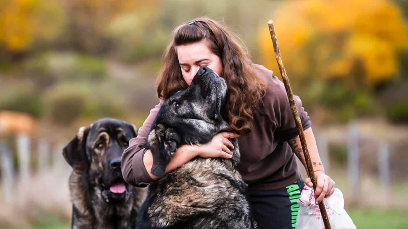 La ganadera, con algunos de sus perros. © Ancha es Castilla