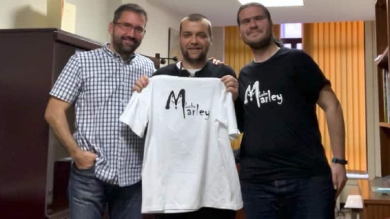 Sergio García Torres junto a dos miembros de la asociación animalista Lobo Marley