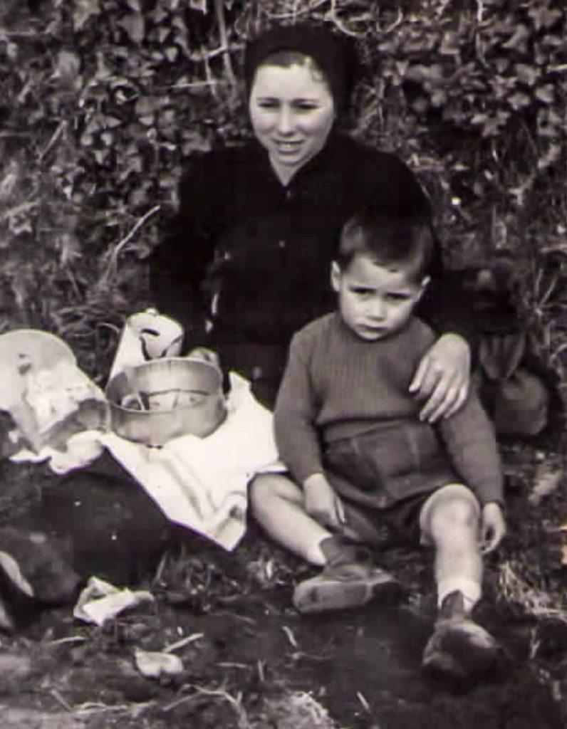 Manuel Suárez junto a su madre semanas antes del ataque del lobo.