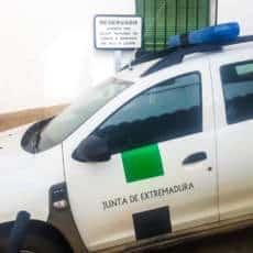 Detonan un artefacto explosivo junto a un coche oficial de agentes medioambientales de Cáceres