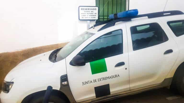 El vehículo junto al que apareció el artefacto explosivo. © Apamnex