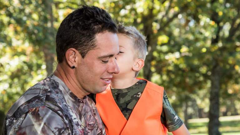 Un padre y su hijo en una jornada de caza.