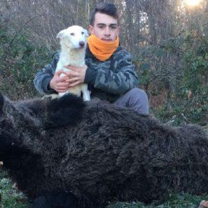 Corren hacia la ladra de su perra de caza y se encuentran con este enorme jabalí a dos metros