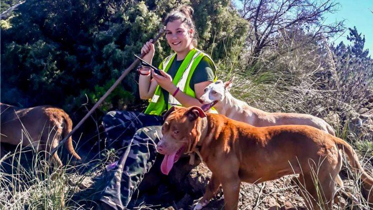 La joven rehalera, con sus perros. © M. A.