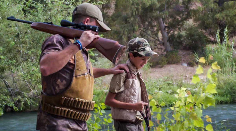 Este niño de 11 años graba  un videoclip con una canción defendiendo el medio rural y la caza