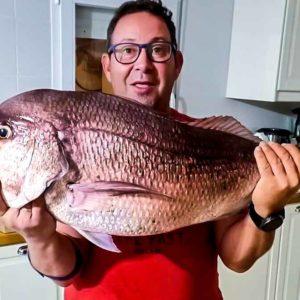 Pesca una monstruosa sama roquera de más de 13 kilos: «Creía que estaba soñando»