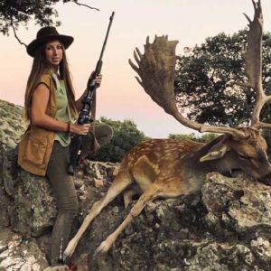 Una cazadora estrena rifle y caza un imponente gamo medalla de oro