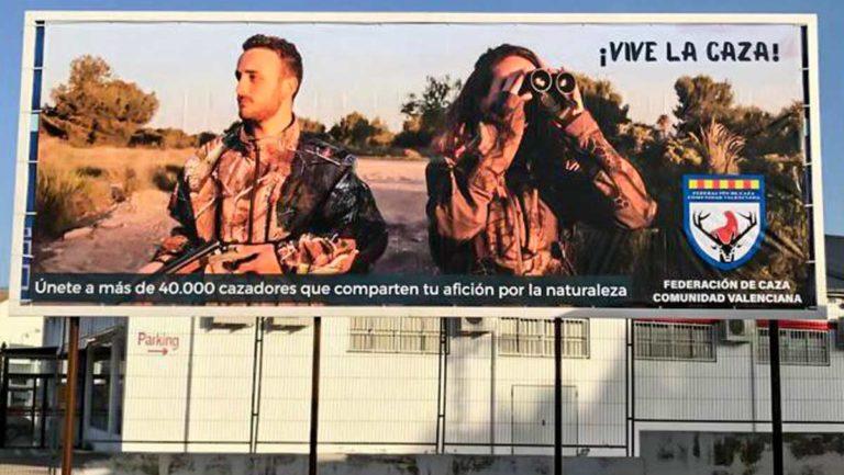 Valla publicitaria promocionando la caza en la Comunidad Valenciana. ©JyS
