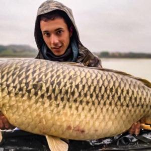 Pesca una enorme carpa sin haber podido preparar el puesto y tras una tormenta