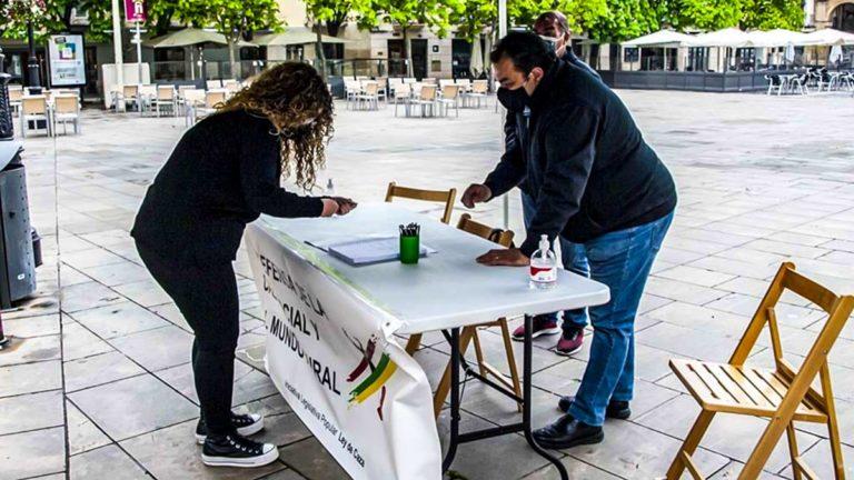 Recogida de firmas para la ILP de la Federación Riojana de Caza. © F. R. C.