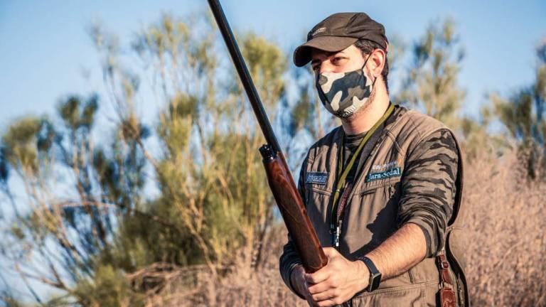 Un cazador de menor con mascarilla. ©Ángel Vidal