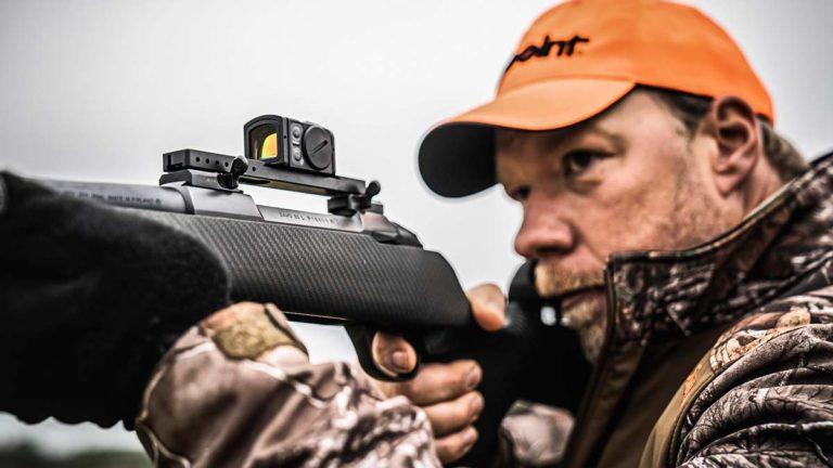 Un cazador con el Acro C-2 en su rifle.