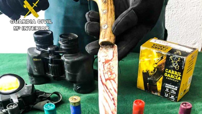 Imagen del cuchillo y los cartuchos incautados. @Guardia Civil