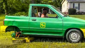 Se arma de radial y soldador y transforma un viejo coche en un cortacésped hilarante