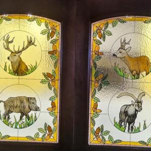 Un cazador diseña unas originales vidrieras con especies de caza mayor: jabalí, corzo...