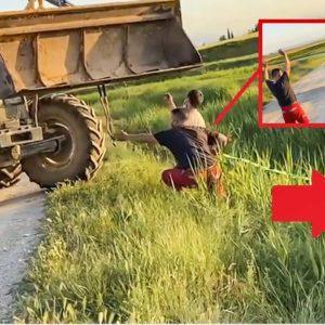 Un tractor trata de rescatar a un coche volcado pero su 'ayuda' acaba en desastre
