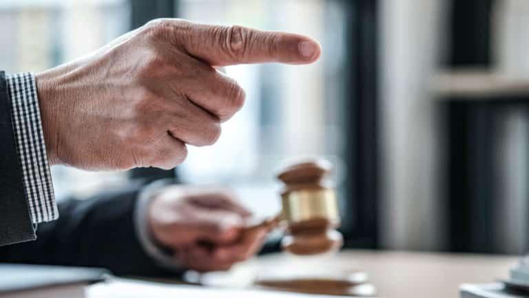 Juez dictando sentencia. ©Shutterstock