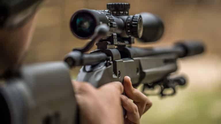 Rifle con un supresor, comúnmente conocido como silenciador. ©Shutterstock
