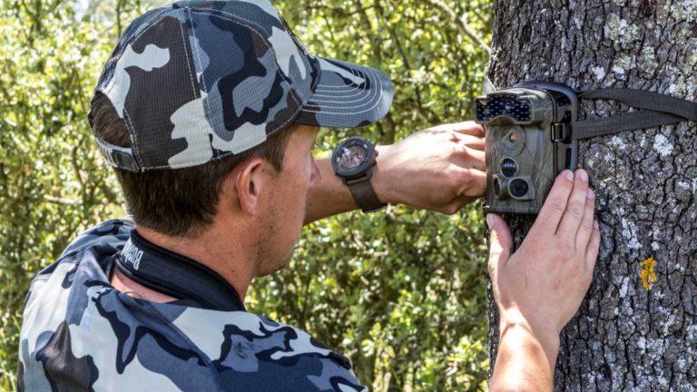 Un cazador coloca una cámara trampa. @ Jara y Sedal