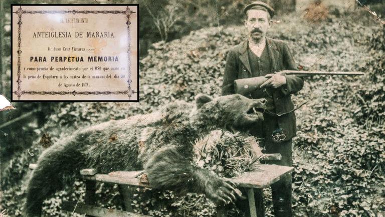 Foto antigua de un cazador con un oso. © Archivo de Éibar