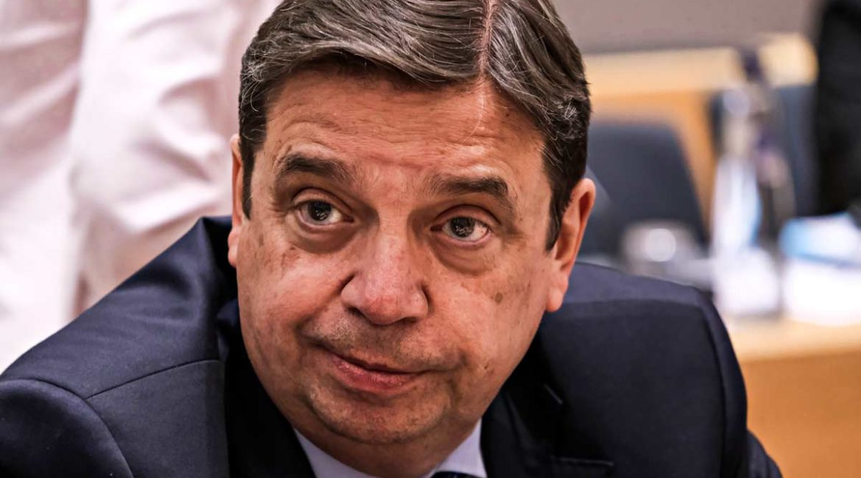 El ministro Luis Planas recibe un paquete anónimo con amenazas y señala a  «cazadores de lobos»