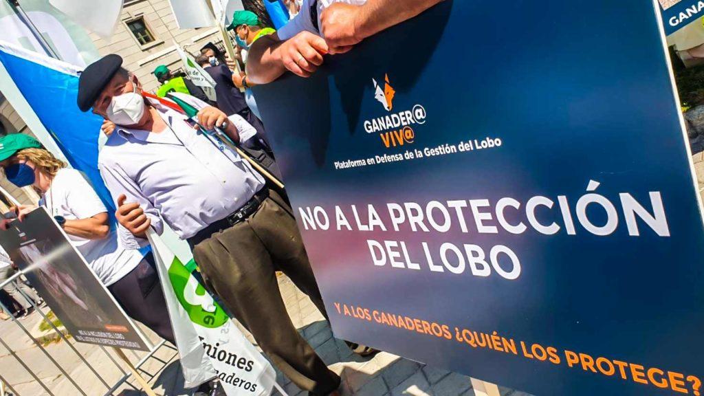 Imagen de una de las pancartas de la manifestación contra el lobo. ©Ángel Vidal