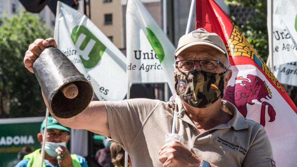 Un manifestante con un cencerro. ©Ángel Vidal