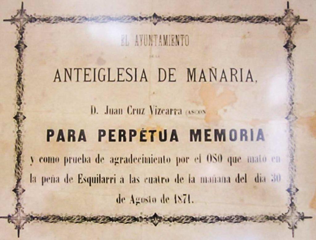 La placa en homenaje al cazador del último oso de Vizcaya. © JyS