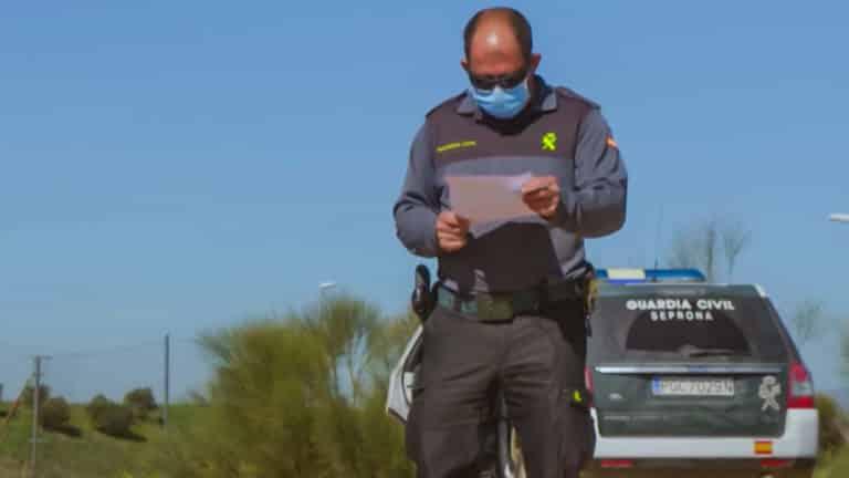 momentos del vídeo en el que los agentes interrogan al individuo. © DMAX