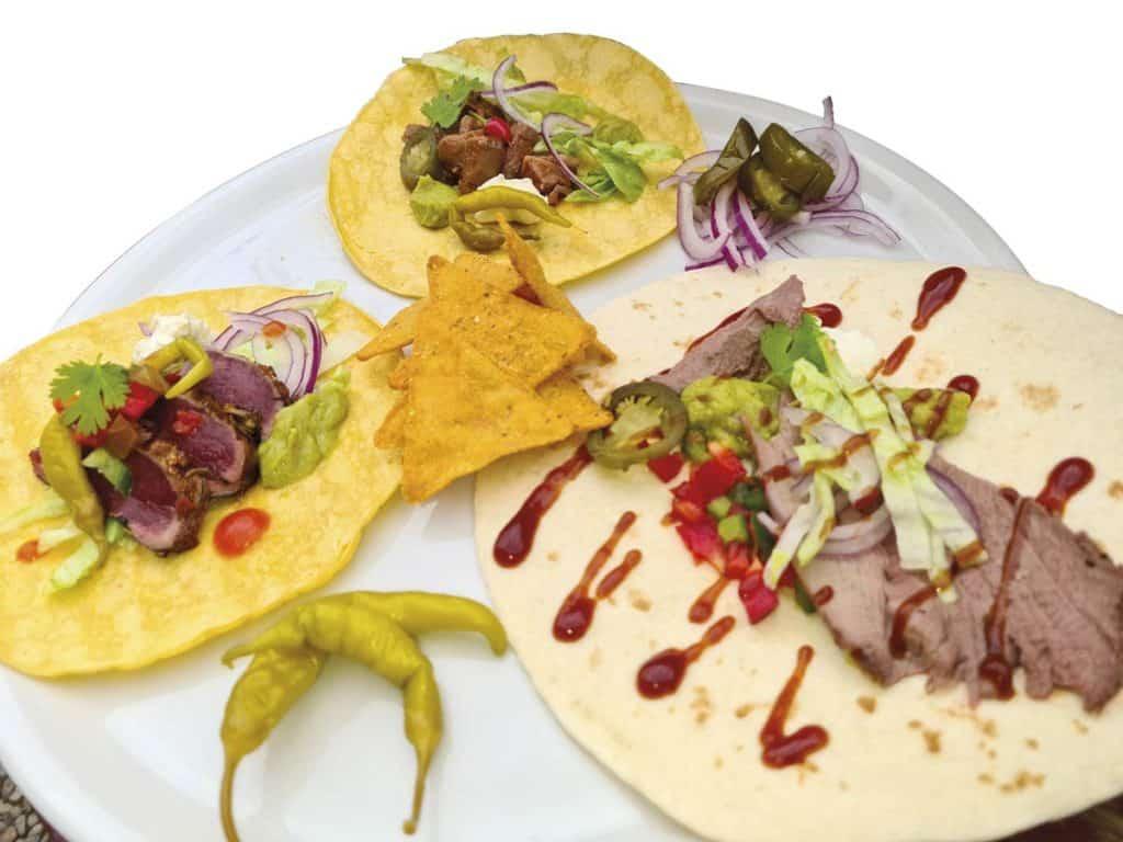 Arriba, taco de carne de cuello guisada, a la izqda. de solomillo y a la dcha. de paletilla asada. © Jara y Sedal