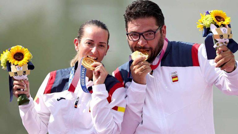 Alberto Fernández y Fáti a Gálvez con el oro.