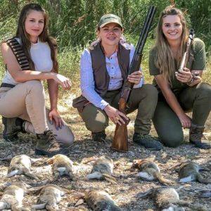 Tres jóvenes cazadoras comparten esta magnífica jornada de conejos en descaste