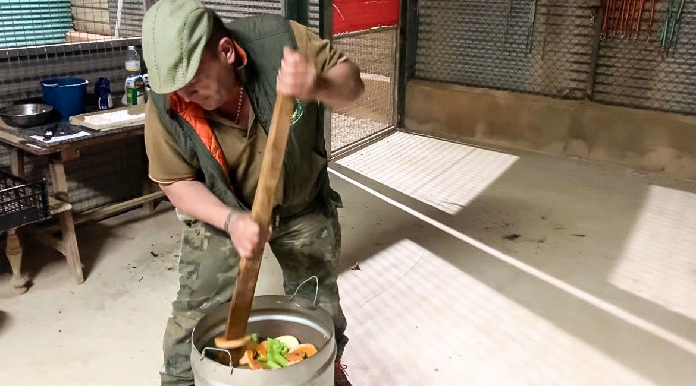 El Pencho muestra el secreto de la alimentación de sus perros de caza en este vídeo