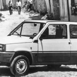 Este anuncio de los 80 muestra uno de los míticos coches de la época utilizado por cazadores