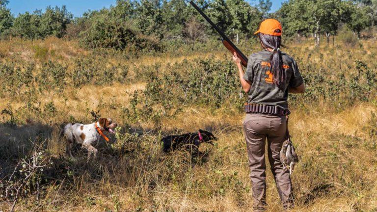 Una cazadora durante una jornada de codorniz en media veda. © Israel Henández
