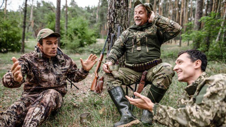 Varios cazadores contando un chiste. ©Shutterstock