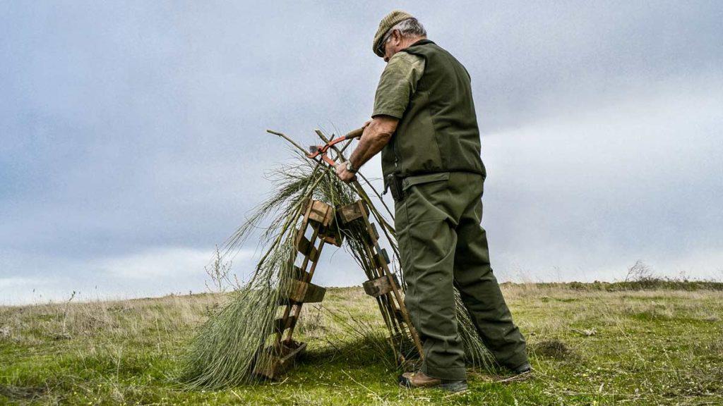 Un cazador crea un refugio para las perdices. © Edu Pompa