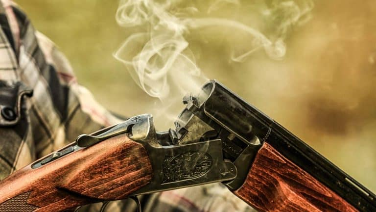 Escopeta del calibre 12 después de disparar. © Shutterstock
