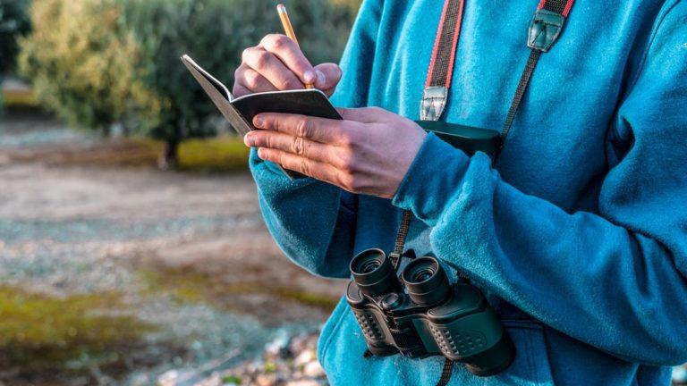 Un estudiante toma notas a pie de campo. © Shutterstock