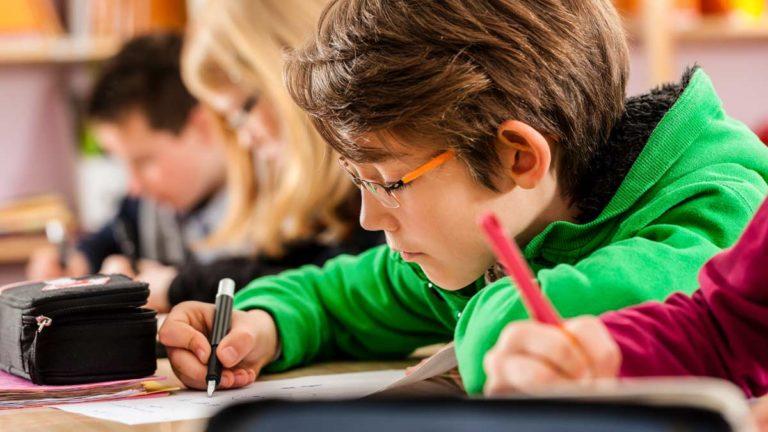 Un grupo de niños, en clase. © Shutterstock
