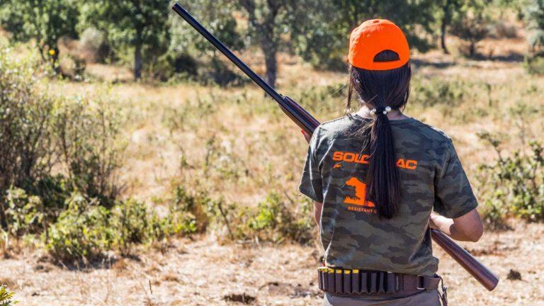 Una cazadora busca codornices con su equipación Solognac. © Israel Hernández