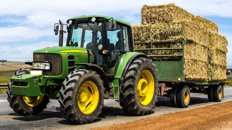 Un tractor cargado de paja. © Shutterstock