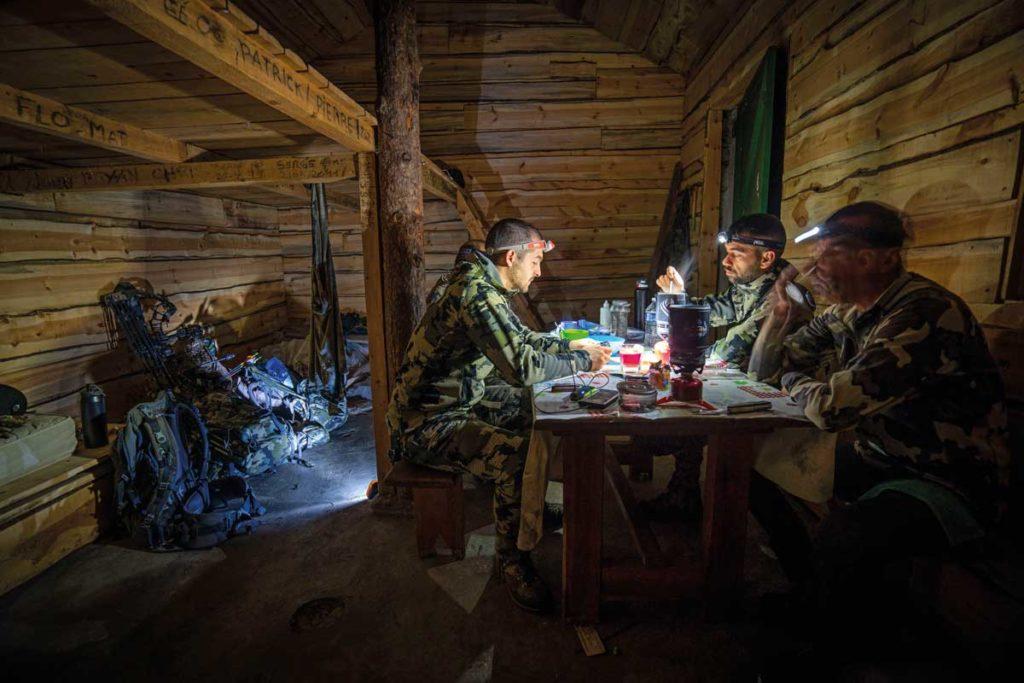 El grupo, cenando en el refugio.