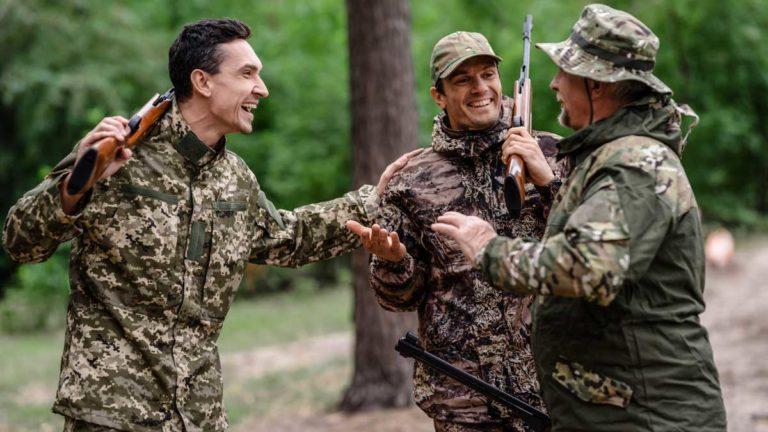 Varios cazadores bromeando. © Shutterstock